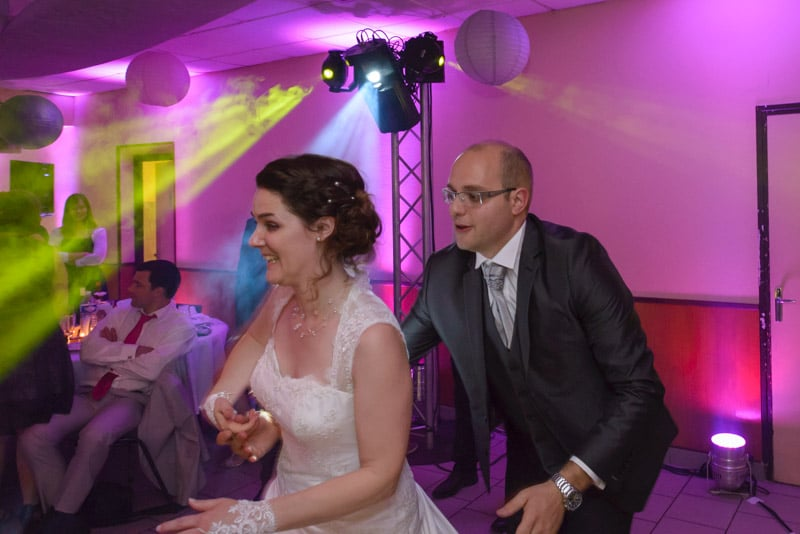 soirée dansante, couple de mariés pendant un mariage, photographe de mariage Paris, Ile-de-France, Yvelines