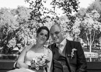 photos de couple mariés parc, photos de couple mariage banc, photographe de mariage Ile-de-France, Seine-et-Marne, Essonne, Val-de-Marne, Haut-de-Seine, Yvelines