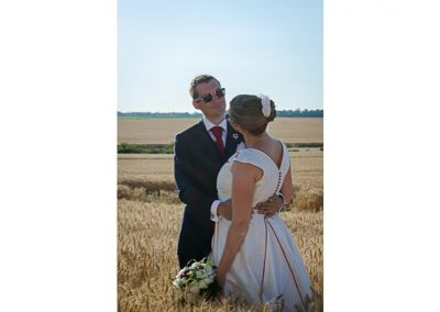 couple de mariés dans un champ de blé, photo de couple mariage, photographe de mariage Ile-de-France, Seine-et-Marne, Yvelines, Haut-de-Seine, Essonne