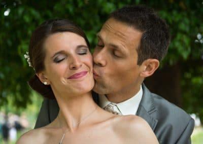 photos de couple mariage parc, bisous photos de couple mariage, photographe de mariage Ile-de-France, Seine-et-Marne, Essonne, Val-de-Marne, Haut-de-Seine, Yvelines